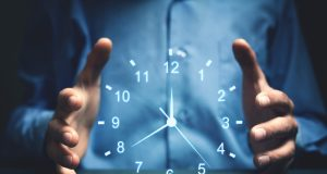 orologio tra le mani - ora legale