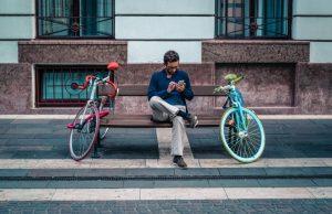 traffico dati mobile uomo-usa-lo-smartphone