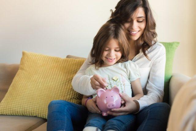 mamma e figlia con salvadanaio aumenti in bolletta