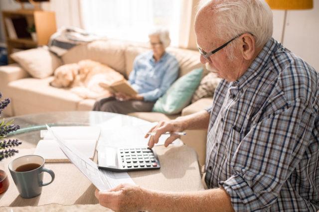 Anziano fa i conti della bolletta con mercato libero o mercato tutelato