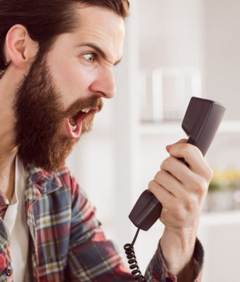 Telemarketing selvaggio uomo incavolato con call center