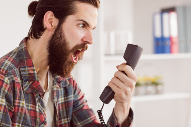 Telemarketing selvaggio uomo incavolato con call center