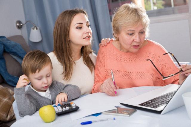 Famiglia cerca di risparmiare sulle bollette di luce e gas