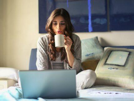 ragazza utilizza il computer sul divano per scelta fibra internet